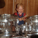 Tobias Bertram als 1jähriger am Schlagzeug