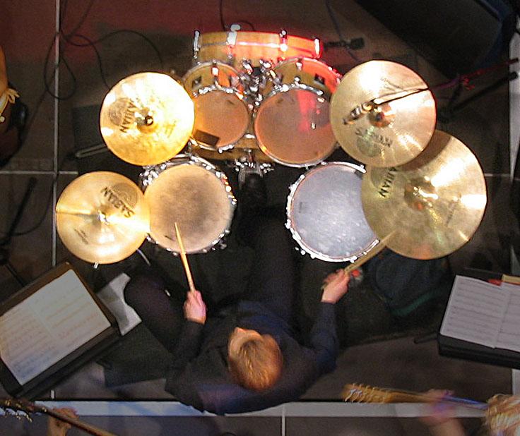 Tobias Bertram von oben am Schlagzeug